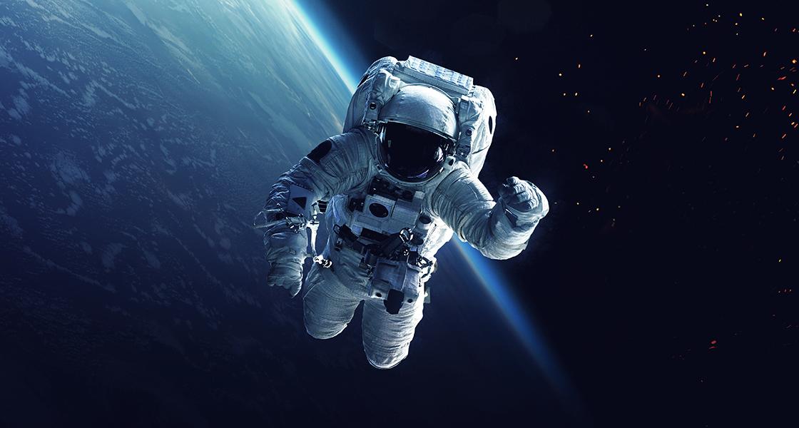 宇宙飛行士と地球を周回するスペースシャトル